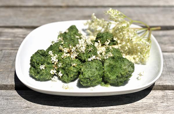 Gnocchi di Buon Enrico e Farinello, al cucchiaio, con fiori di Sambuco