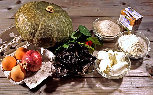 semplici ingredienti per la torta zucca e funghi